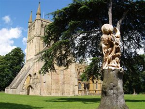 Tree sculpture in Pershore Abbey park made by Tom ''Carver'' Harvey using a chainsaw in 2007.